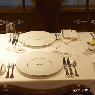 伝統的なフランス料理に映えるお皿やカトラリー