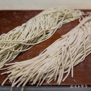 全国各地から玄蕎麦を仕入れ、時に自ら栽培した蕎麦を使うことも