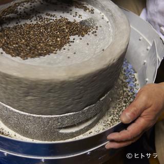 在来種の美味しさを引き出すべく、11台の石臼で自家製粉