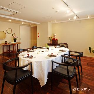 特別なディナーに相応しい、エレガントな雰囲気の貸切フロア