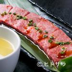 焼肉 不動神 - 自家製のスープタレにくぐらせて食べる『上カルビ』