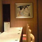 三田綱町 しらべ - 店内のカウンター席の風景です