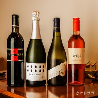 ワインは焼き鳥に合わせさまざまなタイプを用意
