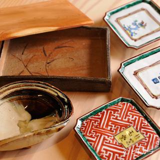 料理を彩る器の数々には、日本を代表する名作も