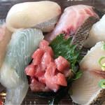 博多豊一 - 100円一巻寿司のバイキングです。外のデッキで食べてもよし。