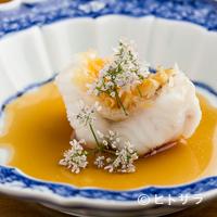 虎峰 - ふっくらやわらかい身とサクッとした鱗の食感を楽しむ『甘鯛の鱗揚げ パクチーの花を添えて』