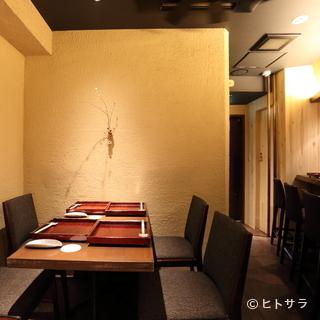 テーブル席は4〜6名で利用可能。少人数での会食に最適