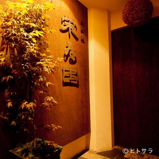 ビルの5階。静かな時間が流れる、大人のための隠れ家