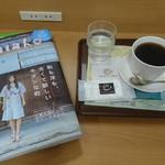 カフェ・ド・クリエ - ドリンク写真:コンセントもあるし いいなあ (^^)/  読みたい本  持ってきました      読書タイム  ♪  アメリカンコーヒー260   レーズンサンド190     ¥450