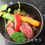 肉や大善 - 季節の野菜と秘伝のタレで。『黒毛和牛 サーロインステーキ丼 A5等級』 サラダ、肉すい、デザート付き