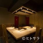 くろ﨑 - 個室もカウンタースタイルだから、同様の空気感で味わえる