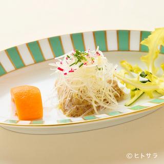野菜、果物、魚介、きのこなど、新鮮な旬の食材でつくる彩りの皿
