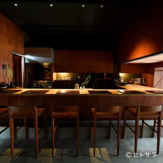 シックな和の空間の中、滑らかな白木のカウンターに料理を饗する