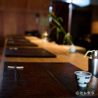 九州の陶器や錫製の酒器など、器にも四季と食の楽しみを映す