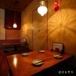 ダウンライトが照らすムーディな店内はまさに大人の空間