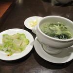南翔饅頭店 - 黒酢の酢豚セットのスープと小皿