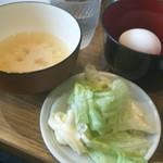 定食酒場食堂 - さらに「生卵」が1個付き、「味噌汁」と「レタス」はセルフで無料になります