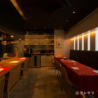 温かみのある雰囲気の店内で、多彩なコース料理にゆっくり浸れる