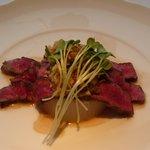 6610730 - 細長い焼き立て牛ロース肉のカルパッチョ
