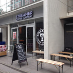 ストリーマー コーヒーカンパニー - ウインドウにも7周年記念のロゴがあります