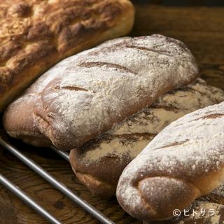 シェフのきめ細かい手仕事が生み出す手打ちパスタや自家製パン