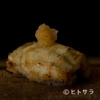 鮨 おさむ - やわらかく煮た穴子を焼いて仕上げる、とろける『穴子握り』