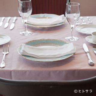 白の上品な色が、クラシカルな料理の存在感を浮かび上がらせます