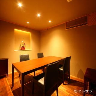 余計な装飾のない静かな個室は、大切な接待や顔合わせに最適