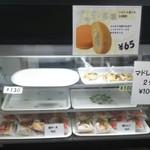 66102466 - 店頭、お菓子(ブッセ)のショーケース