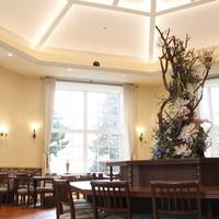 一色堂茶廊 - 天井が高く開放感のある内観