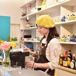 GALLERY&CAFE CAMELISH - ドリンクカウンターにかわいい紅茶ポットがずらり。