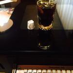 純喫茶 車 - 懐かしいゲーム機のテーブルとアイスコーヒー