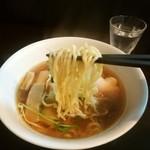 66108829 - 中太ちじれ麺。スープの付きがよく美味しいね。