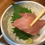 竹梅 - まぐろは脂ものり、スジ目もきちんとタテに入ったいいサクを使われてる