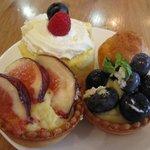 KEL cafe - ブルーベリージャムのロールケーキ(左上) シュークリーム(右上) フルーツのタルトレット(いちじく)(左下) フルーツのタルトレット(ブルーベリー)(右下)