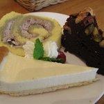 KEL cafe - ブルーベリークリームのロールケーキ(左) チョコレートブラウニー(右) レアチーズのタルト(下)