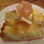 KEL cafe - 桃のコンポートゼリー(上) バナナのファーブルトン(左) カスタードプリン(右) パイナップルのタルト(下)