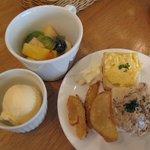 KEL cafe - フルーツポンチ(上) バニラアイス(左) カナッペ(タマゴ)(右の皿・上) カナッペ(ツナ)(右の皿・右) フライドポテト(右の皿・左)