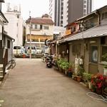 松吟庵 - 長屋や文化住宅が並ぶ細い路地にお店はある