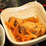 松吟庵 - 蔵王豚の角煮つけ蕎麦 定食(小鉢②:魚の南蛮漬け)