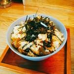 ヌードルボウルマゼ - 高菜めし 200円  小さなお茶碗に高菜炊き込みご飯。