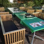 サッポロビール 川口ビール園 - ゆったり座れる木の椅子。