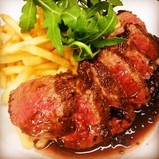 黒毛和牛の希少部位「トモサンカク」を使用したステーキに舌鼓…