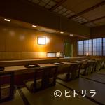 日本料理 山崎 - ライブ感覚で山崎氏の仕事を間近に望めるカウンター席