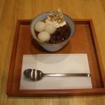 山口妙香園 - ほうじ茶ぷりん:香ばしいほうじ茶を使用し、上には白玉とあんこ、ホイップクリーム、黒糖シロップがかかっています。