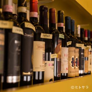 店内にズラリと並ぶ、色とりどりのワインは200種以上