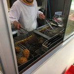 神戸屋 - 涙コロッケとハムフライを揚げて貰う。  肉屋で揚がるの待ってる時間ってのもいいよなーーー