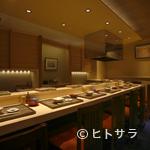 日本橋 蕎ノ字 - 白木の美しいカウンターが凛とした雰囲気を醸し出す