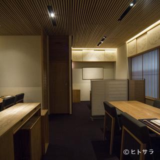 適度な開放感のあるテーブル席は接待にも最適