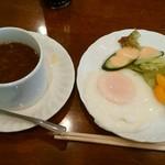 66160206 - Aセットのオニオンスープと目玉焼き&サラダ